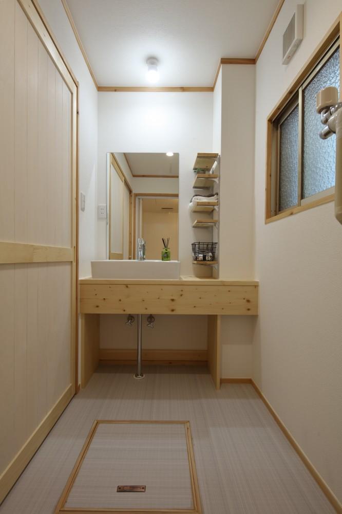 洗面台の幅や高さもお好みで、可動式棚付き -  -  -