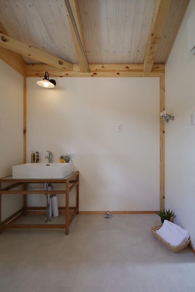 シンプルなモザイクタイルの洗面台 -  -  -
