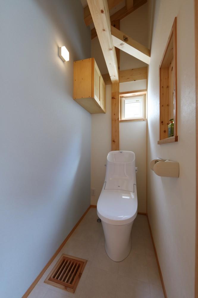 天井が高く開放的なトイレ -  -  -